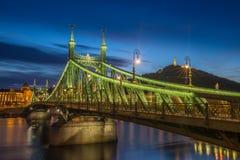 Βουδαπέστη, Ουγγαρία - η όμορφη γέφυρα Szabadsag ελευθερίας έκρυψε στην μπλε ώρα στοκ εικόνα