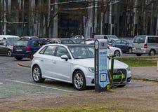 Βουδαπέστη, Ουγγαρία 27 Μαρτίου 2017: Χρέωση του ηλεκτρικού αυτοκινήτου Audi ε-Tron από τον ηλεκτρικό σταθμό χρέωσης οχημάτων στοκ εικόνες με δικαίωμα ελεύθερης χρήσης