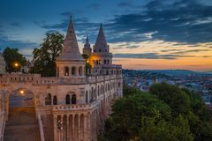 Βουδαπέστη, Ουγγαρία - ο προμαχώνας ψαράδων ` s και το πανόραμα της Βουδαπέστης στην ανατολή Στοκ φωτογραφία με δικαίωμα ελεύθερης χρήσης