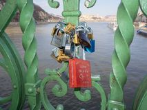 Βουδαπέστη, Ουγγαρία Σύνολο λουκέτων με τα μηνύματα της αγάπης στη γέφυρα ελευθερίας ή τη γέφυρα ελευθερίας στοκ φωτογραφία με δικαίωμα ελεύθερης χρήσης