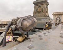 Βουδαπέστη, Ουγγαρία Σύνολο λουκέτων με τα μηνύματα της αγάπης στη γέφυρα αλυσίδων στοκ εικόνες