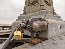 Βουδαπέστη, Ουγγαρία Σύνολο λουκέτων με τα μηνύματα της αγάπης στη γέφυρα αλυσίδων στοκ εικόνα