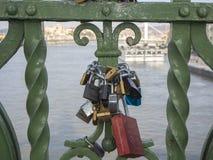 Βουδαπέστη, Ουγγαρία Σύνολο λουκέτων με τα μηνύματα της αγάπης στη γέφυρα ελευθερίας ή τη γέφυρα ελευθερίας στοκ εικόνα