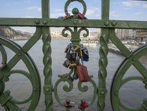 Βουδαπέστη, Ουγγαρία Σύνολο λουκέτων με τα μηνύματα της αγάπης στη γέφυρα ελευθερίας ή τη γέφυρα ελευθερίας στοκ εικόνα με δικαίωμα ελεύθερης χρήσης