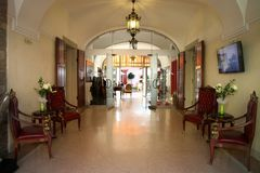 ΒΟΥΔΑΠΕΣΤΗ - 27 ΙΟΥΝΊΟΥ: Αίθουσα εισόδων με τις πολυθρόνες του παλαιού ξενοδοχείου μέσα Στοκ Φωτογραφία