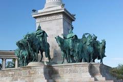 ΒΟΥΔΑΠΕΣΤΗ, ΟΥΓΓΑΡΙΑ - 8 ΑΥΓΟΎΣΤΟΥ 2012: Αγάλματα των θρυλικών επτά οπλαρχηγών στο τετράγωνο ηρώων ` Στοκ Εικόνες