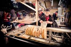 ΒΟΥΔΑΠΕΣΤΗ, ΟΥΓΓΑΡΙΑ - 8 ΔΕΚΕΜΒΡΊΟΥ 2016: Προμηθευτής α τροφίμων οδών Langos στοκ εικόνα με δικαίωμα ελεύθερης χρήσης