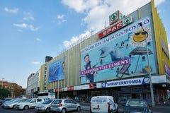 ΒΟΥΔΑΠΕΣΤΗ, ΟΥΓΓΑΡΙΑ - 3 ΙΟΥΝΊΟΥ 2017: Γωνία δρόμων με έντονη κίνηση στη Βουδαπέστη Στοκ Εικόνες