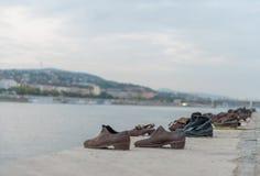 ΒΟΥΔΑΠΕΣΤΗ, ΟΥΓΓΑΡΙΑ - 26 ΟΚΤΩΒΡΊΟΥ 2015: Παπούτσια στην τράπεζα Δούναβη για να τιμήσει τους Εβραίους που σκοτώθηκαν στη Βουδαπέσ Στοκ Εικόνες