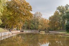ΒΟΥΔΑΠΕΣΤΗ, ΟΥΓΓΑΡΙΑ - 26 ΟΚΤΩΒΡΊΟΥ 2015: Τετραγωνικό πάρκο ηρώων με τα δέντρα λιμνών και φθινοπώρου Τοπικοί άνθρωποι και seagull Στοκ Φωτογραφίες