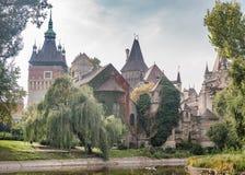 ΒΟΥΔΑΠΕΣΤΗ, ΟΥΓΓΑΡΙΑ - 26 ΟΚΤΩΒΡΊΟΥ 2015: Castle στο τετραγωνικό παλάτι ηρώων με τον πετώντας γλάρο στο υπόβαθρο Στοκ Εικόνες