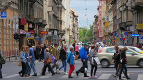 ΒΟΥΔΑΠΕΣΤΗ - ΟΥΓΓΑΡΙΑ, ΤΟΝ ΑΎΓΟΥΣΤΟ ΤΟΥ 2015: οδοί περάσματος πεζών απόθεμα βίντεο