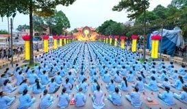 Βουδιστές προς το στάδιο κατά τη διάρκεια του σταδίου του Βούδα Amitabha τελετής νύχτας Στοκ φωτογραφία με δικαίωμα ελεύθερης χρήσης