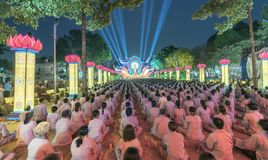 Βουδιστές προς το στάδιο κατά τη διάρκεια του σταδίου του Βούδα Amitabha τελετής νύχτας Στοκ Φωτογραφία