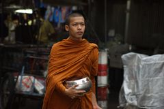 Βουδιστικές ελεημοσύνες μοναχών στις οδούς της Μπανγκόκ ` s Στοκ φωτογραφίες με δικαίωμα ελεύθερης χρήσης