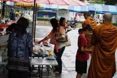 Βουδιστικές ελεημοσύνες μοναχών στις οδούς της Μπανγκόκ ` s στοκ εικόνες με δικαίωμα ελεύθερης χρήσης