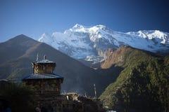 Βουδιστικές σημαίες gompa και προσευχής στα βουνά του Ιμαλαίαυ, Νεπάλ Στοκ φωτογραφία με δικαίωμα ελεύθερης χρήσης
