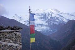 Βουδιστικές σημαίες gompa και προσευχής στα βουνά του Ιμαλαίαυ, Νεπάλ Στοκ Εικόνες