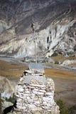 Βουδιστικές σημαίες gompa και προσευχής στα βουνά του Ιμαλαίαυ, περιοχή Annapurna, του Νεπάλ Στοκ φωτογραφία με δικαίωμα ελεύθερης χρήσης