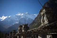 Βουδιστικές σημαίες gompa και προσευχής στα βουνά του Ιμαλαίαυ, περιοχή Annapurna, του Νεπάλ Στοκ φωτογραφίες με δικαίωμα ελεύθερης χρήσης