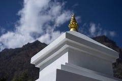 Βουδιστικές σημαίες gompa και προσευχής στα βουνά του Ιμαλαίαυ, περιοχή Annapurna, του Νεπάλ Στοκ Εικόνες