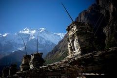 Βουδιστικές σημαίες gompa και προσευχής στα βουνά του Ιμαλαίαυ, περιοχή Annapurna, του Νεπάλ Στοκ εικόνα με δικαίωμα ελεύθερης χρήσης