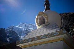 Βουδιστικές σημαίες gompa και προσευχής στα βουνά του Ιμαλαίαυ, περιοχή Annapurna, του Νεπάλ Στοκ εικόνες με δικαίωμα ελεύθερης χρήσης