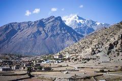 Βουδιστικές σημαίες gompa και προσευχής στα βουνά του Ιμαλαίαυ, περιοχή Annapurna, του Νεπάλ Στοκ Εικόνα