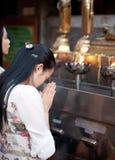 βουδιστική προσευμένος γυναίκα παραμονής Στοκ εικόνα με δικαίωμα ελεύθερης χρήσης