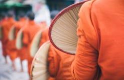 Βουδιστικοί μοναχοί που ταξιδεύουν μαζί στο Μιανμάρ Στοκ Εικόνα