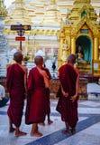Βουδιστικοί μοναχοί στην παγόδα Shwedagon Στοκ Εικόνα