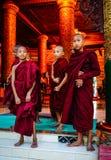 Βουδιστικοί μοναχοί στην παγόδα Shwedagon Στοκ Εικόνες