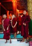 Βουδιστικοί μοναχοί στην παγόδα Shwedagon Στοκ εικόνες με δικαίωμα ελεύθερης χρήσης