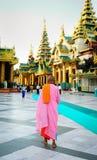 Βουδιστικοί μοναχοί στην παγόδα Shwedagon Στοκ Φωτογραφίες