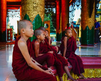 Βουδιστικοί μοναχοί στην παγόδα Shwedagon Στοκ εικόνα με δικαίωμα ελεύθερης χρήσης