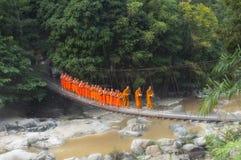 ΒΟΥΔΙΣΤΙΚΟΙ ΜΟΝΑΧΟΙ: Ταϊλανδικοί μοναχοί που περπατούν το πρωί για Receive Φ Στοκ Φωτογραφία