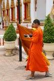 Βουδιστικός μοναχός που περπατά και που παίρνει τις φωτογραφίες με τη κάμερα του στο ναό Chalong Στοκ Φωτογραφία