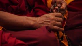 Βουδιστικός μοναχός που προσεύχεται - rosary χεριών και χαντρών απόθεμα βίντεο