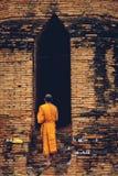 Βουδιστικός μοναχός που στέκεται μπροστά από την καταστροφή παλαιό μπροστινό Wat Ratburana Στοκ εικόνα με δικαίωμα ελεύθερης χρήσης