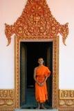 Βουδιστικός μοναχός στην πόρτα monastry στην Καμπότζη στοκ φωτογραφία