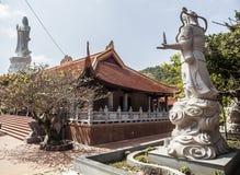 Βουδιστικός ναός στο νησί Phu Quoc με πολλά αγάλματα στοκ φωτογραφίες