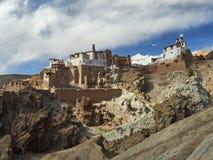 Βουδιστικό μοναστήρι Basgo Gonpa: τα άσπρα κτήρια του μοναστηριού στέκονται πάνω από την κορυφογραμμή, το χωριό Basgo, Ladakh, ο  Στοκ Εικόνες