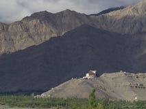 Βουδιστικό μοναστήρι Masho Gonpa ενάντια στο σκηνικό των αλυσίδων βουνών της κοιλάδας Ladakh, μικρότερο Θιβέτ, Ινδία Στοκ εικόνες με δικαίωμα ελεύθερης χρήσης