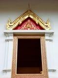 Βουδιστικό παράθυρο ναών με το ταϊλανδικό σχέδιο ζωγραφικής. Στοκ Φωτογραφίες