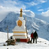 Βουδιστικό stupa, δύο τουρίστες, Annapurna 2 και 3 Στοκ φωτογραφία με δικαίωμα ελεύθερης χρήσης