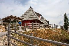 Βουκολικό αγροτικό ορεινό χωριό μια ημέρα ανοίξεων στοκ εικόνες