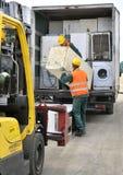 Βουκουρέστι, Ρουμανία - τον Οκτώβριο του 2013: Εργαζόμενοι που ταξινομούν τα ηλεκτρονικά απόβλητα από ένα πρόσφατα προσεγγισμένο  στοκ φωτογραφία με δικαίωμα ελεύθερης χρήσης