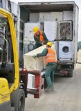 Βουκουρέστι, Ρουμανία - τον Οκτώβριο του 2013: Εργαζόμενοι που ταξινομούν τα ηλεκτρονικά απόβλητα από ένα πρόσφατα προσεγγισμένο  στοκ εικόνες με δικαίωμα ελεύθερης χρήσης