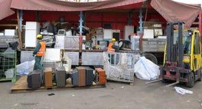Βουκουρέστι, Ρουμανία - τον Οκτώβριο του 2013: Εργαζόμενοι που ταξινομούν τα ηλεκτρονικά απόβλητα από ένα πρόσφατα προσεγγισμένο  στοκ εικόνα με δικαίωμα ελεύθερης χρήσης