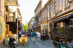 Βουκουρέστι, Ρουμανία - 28 04 2018: Τουρίστες στην παλαιά πόλη και εστιατόρια στη στο κέντρο της πόλης οδό Lipscani, ένα από πιό  Στοκ Φωτογραφία